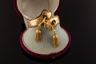 1 Pulsera siglo XIX, oro. Sala Retiro. Joyas