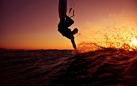 kitesurfing-in-sunset-2560x1600