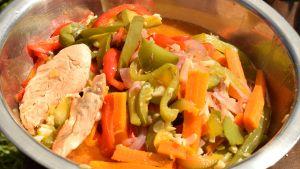 Receta para camping: Costeletas de cerdo y pollo con vegetales al disco