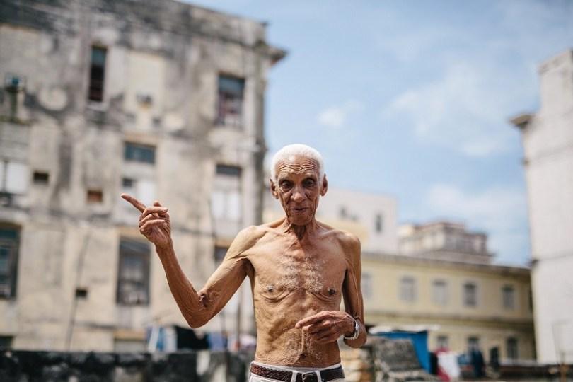 """Víctor Rosell, 84 años, ingeniero civil. Desde la azotea de su edificio, habla de Cuba como """"La finca de los Castro"""" / Foto: Raquel Lopez-Chicheri"""