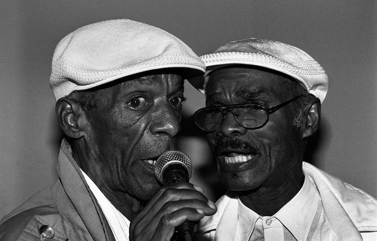 """""""Chang y Malanga"""", cantantes de Yoruba Andabo, año 2001 / Foto: Juan Caballero"""