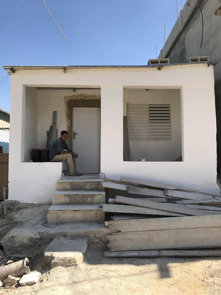 Bárbaro Ravelo sentado en el portal de su vivienda nueva / Foto: Mónica Baró