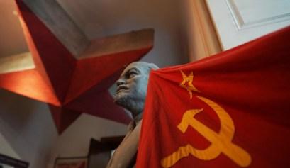 Lenin y bandera soviética. Alejandro Taquechel. Museo del Comunismo (Praga). The Red Stone.