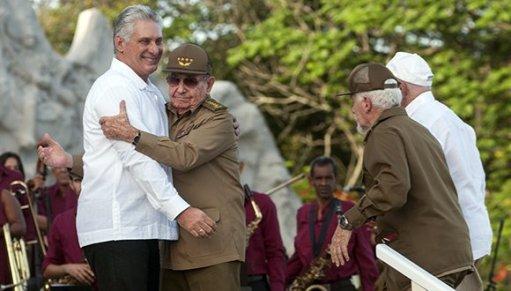 Raúl Castro abraza a al presidente cubano, Miguel Díaz-Canel, mientras se les unen en el estrado Ramiro Valdés y José Ramón Machado Ventura. Acto por el 26 de julio en Bayamo/ Foto: Presidencia de Cuba.