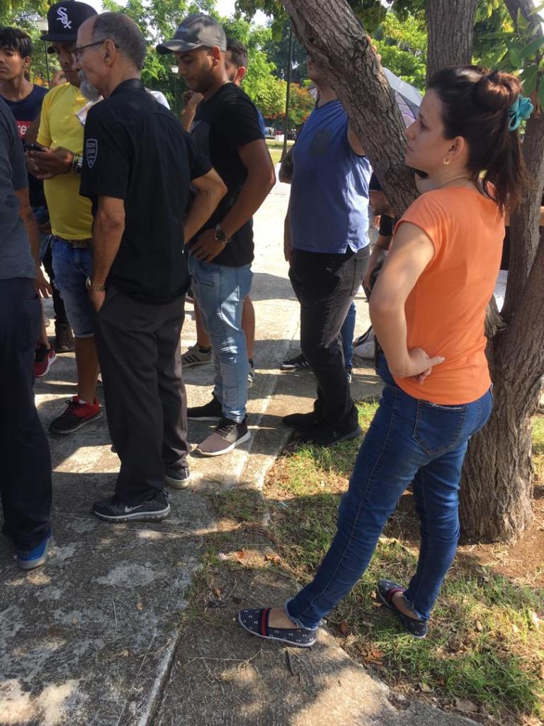 Protesta pacífica contra cierre de SNet. Parque de las Comunicaciones, La Habana. 10 de agosto de 2019/ En primer plano: agente de la Seguridad del Estado
