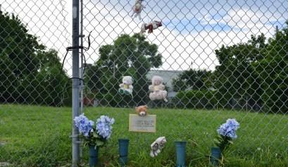 Una cerca en Miami con recordatorios a personas muertas