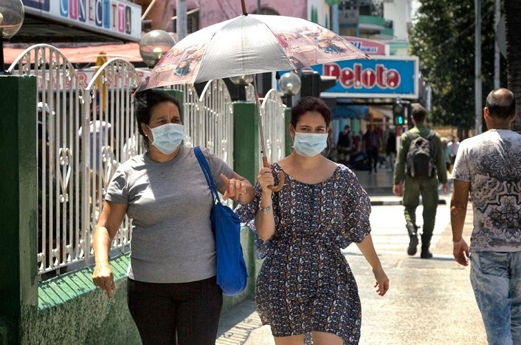 Cubanos se protegen del coronavirus / Foto: El Estornudo