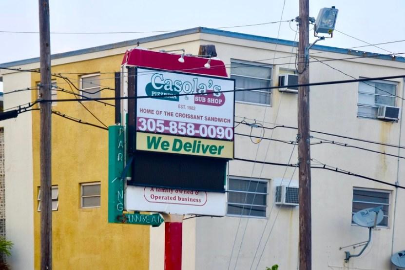 Anuncio de Casola´s Pizzería / Foto: Legna Rodríguez Iglesias
