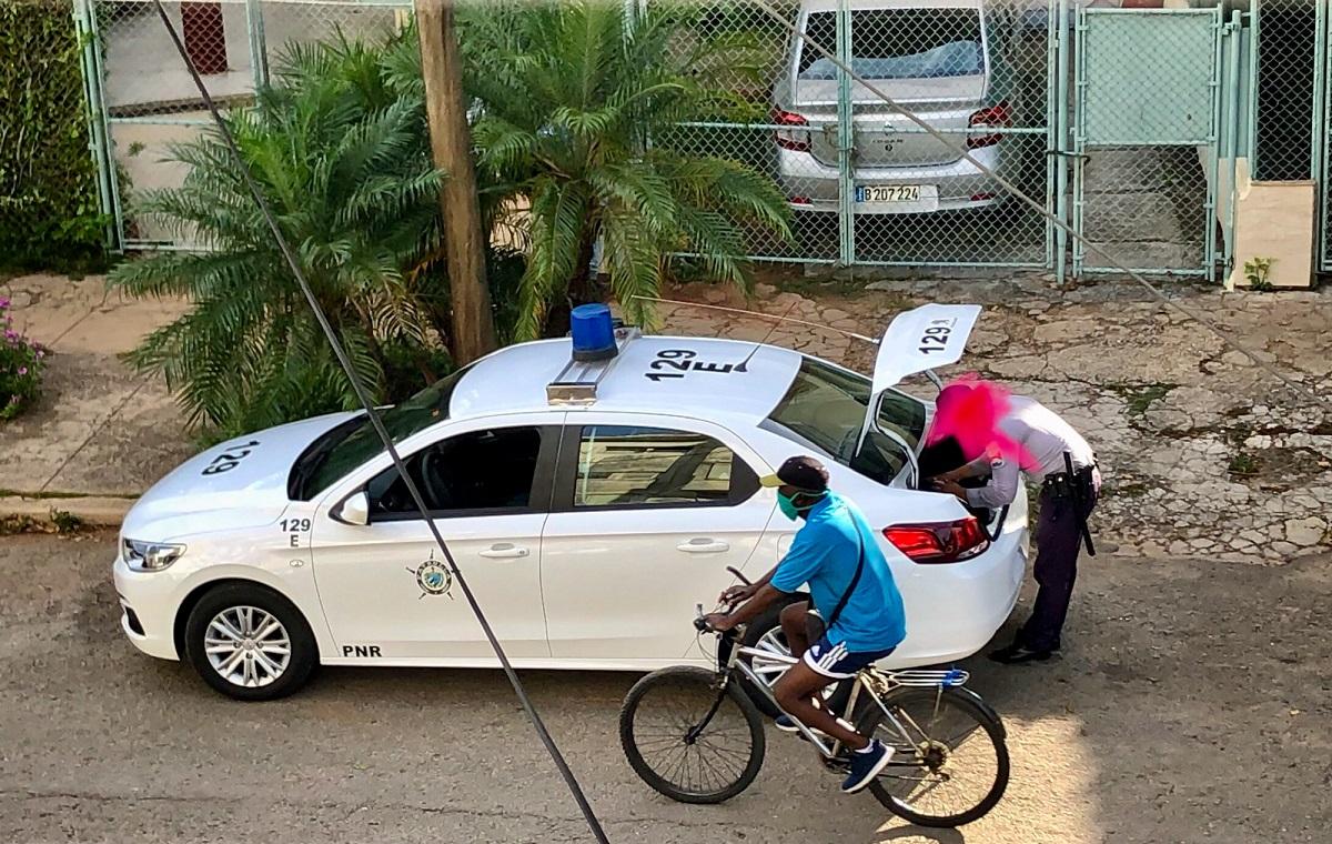 Policía de guardia frente al domicilio de Mónica Baró