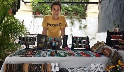 Lola Amores, actriz, en su puesto de la feria de artesanías / Foto: Mario Luis Reyes