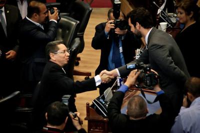 El fiscal general Douglas Meléndez saluda a Johnny Wright Sol, de ARENA, el único diputado quese abstuvo de votarlo.