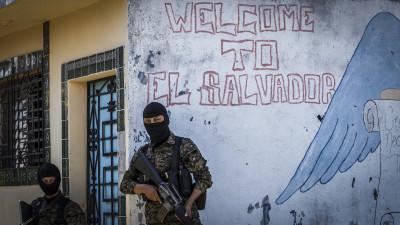 Una patrulla de soldados monta guardia en la Comunidad San Felipe, en San Bartolo, Ilopango, zona controlada por la Pandilla 18.