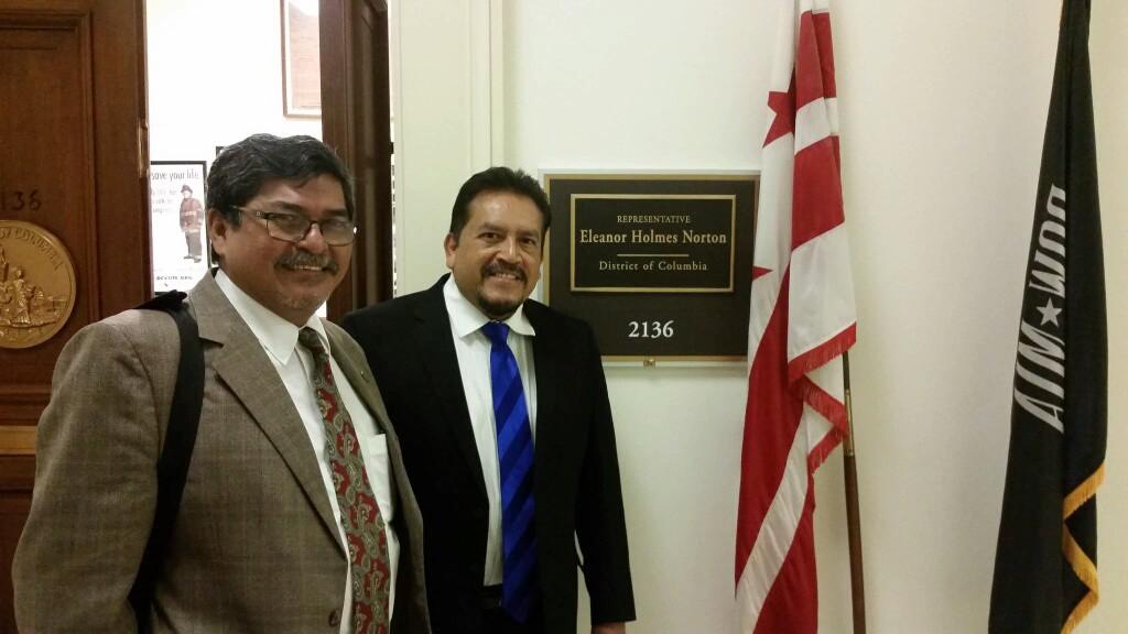 Blandino Nerio (izquierda), diputado del FMLN, durante su visita a Washington. Foto tomada de Twitter.