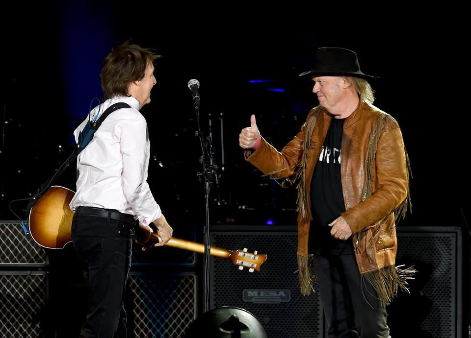 Sir Paul McCartney y Neil Young complacieron al público que los idolatra y que dijo presente en el segundo día de actividades del Desert Trip. Foto/Twitter del festival.