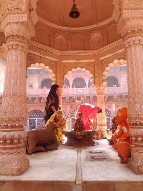 Mulheres a realizar oferendas num templo de Shiva (Muckund)