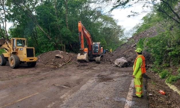 """La SCT trabaja para restablecer la circulación en carreteras afectadas por el ciclón tropical """"Hernán"""" y la Onda Tropical no. 30"""