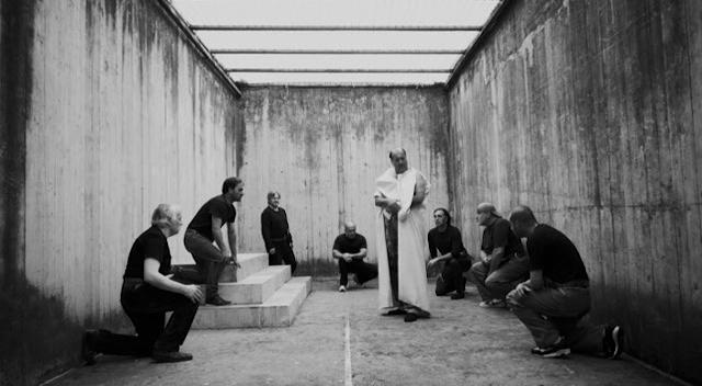 """ZGZ Escena. Imagen 6: Los presos de la cárcel de Rebibbia, interpretando la obra en """"César quiere morir""""."""