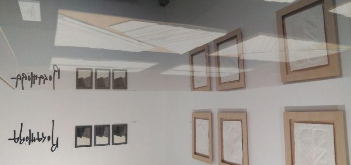 Sala del Museo de Dibujo de Larrés con la exposición de Jaume Rocamora.