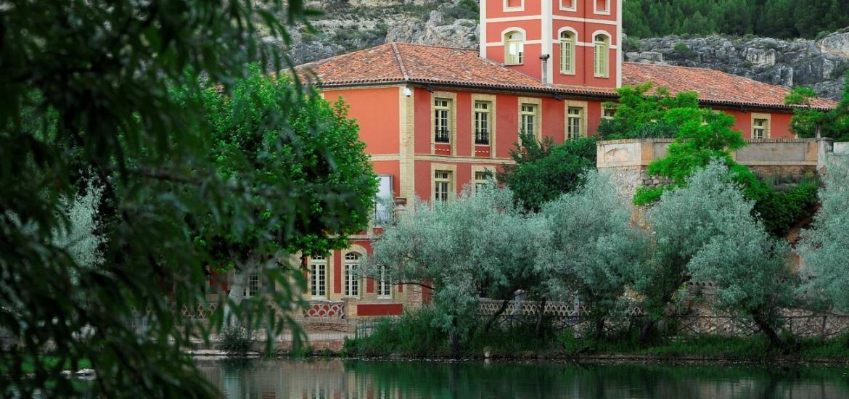 Vista del Gran Hotel Cascada desde el lago