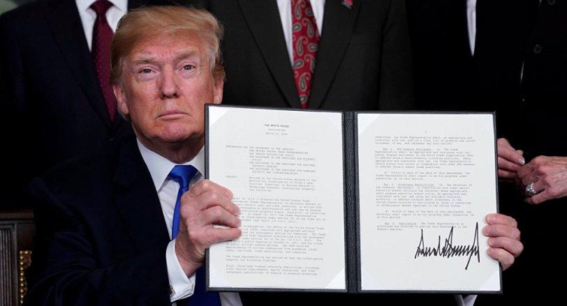 Donald Trump firma las sanciones comercialescontra China