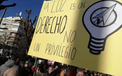 Más de 100 organizaciones exigen al Gobierno que acabe con los cortes de luz que se reparten por todo el Estado