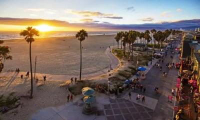 """A Califórnia é considerada o Estado Dourado, com lindas praias, cidades repletas de programas turísticos, uma cultura diversificada e o pôr do sol mais lindo do Pacífico. E para quem tem intenção de ver de perto essas belezas, o Peixe Urbano selecionou as melhores dicas para conhecer as maravilhas que a costa oeste americana tem a oferecer. O roteiro começa de carro no norte do Estado e desce até San Diego. São Francisco Uma das 4 maiores cidades da Califórnia, é conhecida pela sua neblina durante o verão e seus bondes, que atraem turistas para explorar as famosas ladeiras que cortam a cidade. A dica é conhecer cartões-postais como a Ponte Golden Gate, que liga a cidade ao Sausalito, Chinatown, bairro que reserva bons restaurantes, templos e uma arquitetura que faz alusão aos imigrantes chineses. Outra atração é a lendária prisão de Alcatraz. Chamada de """"A Rocha"""", abrigou criminosos como Al Capone e hoje é um museu que conta histórias dos que ali viveram. Monterey A cidade de Monterey fica entre São Francisco e Los Angeles e é parada obrigatória para os amantes de um bom vinho. A região abriga as vinícolas mais sofisticadas, além de grandes atrações como o Monterey Bay Aquarium (Aquário da Baía de Monterey), a Cannery Row, antiga fábrica de sardinha que virou point de passeios e compras, o Fisherman's Wharf e o Festival de Jazz de Monterey, que é realizado anualmente. Los Angeles A próxima parada é Los Angeles, a segunda cidade mais populosa dos Estados Unidos. LA ou Cidade dos Anjos, como é conhecida, é um grande centro de entretenimento, cultura, moda e claro, cinema. Não dá para falar da cidade e não lembrar de Hollywood. Conheça a calçada da fama na Hollywood Boulevard e suas outras atrações como o Chinese Theater e o Dolby Theater, que anualmente vira palco do Oscar. Outra dica é conhecer as famosas praias de Venice Beach e Santa Mônica, que abriga o famoso píer com o Pacific Park, o Majestic - cinema mais antigo da cidade - e o fim da famosa rodovia Route 66, """