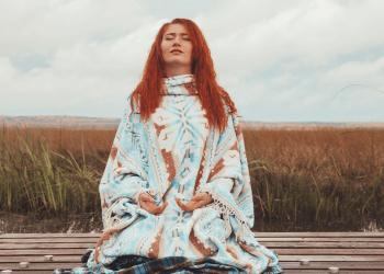 Kama Muta - chica meditando