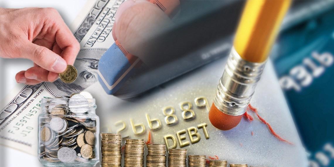 Montaje: lápiz borrando la palabra deuda; mano insertando moneda en envase con otras monedas