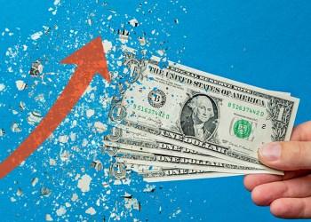 Manos de hombre sostiene cuatro billetes de 1 dólar estadounidense