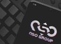 Teléfono muestra logo de compañía creadora de Pegasus spyware
