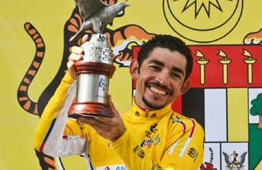 José Serpa y su trofeo en Langkawi