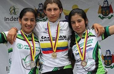 Daniela López (Oro), Leidy Espinel (Plata) y Paula Patiño (Bronce)