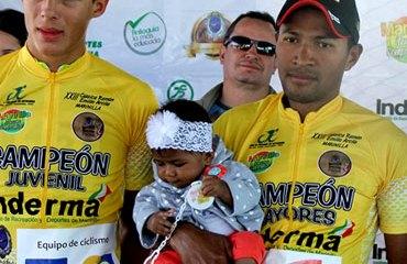 El podio final con Wilmar Paredes (Juvenil), Paola Patiño (Damas Juvenil) y Rafael Montiel (Élite)