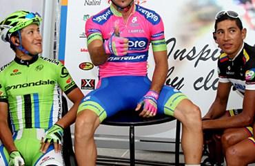 José Serpa con sus compatriotas en el Giro