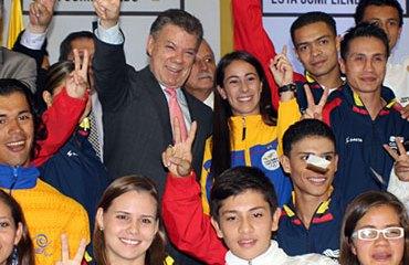 El Pdte Santos junto a consagrados deportistas colombianos