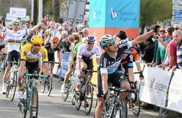 Gianni Meersman (Etixx-Quick Step) celebra en la meta su victoria y liderato