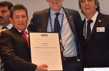 Hernando Zuluaga y el presidente de la FCC, Agustín Moreno, junto al presidente de la UCI, Brian Cookson