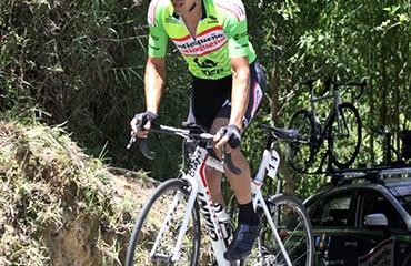 Cano ganó la cronoescalada y quedó a una etapa de alzarse con el título de la Marco Fidel Suárez 2016