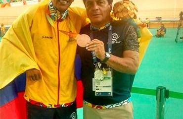 Diego Dueñas, medalla de BRONCE en Paralímpicos de Brasil con el director técnico José Castro.
