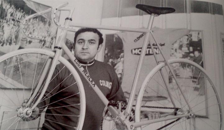 Ernesto Colnago, con la bicicleta que Eddy Merckx utilizó en el récord de la hora en 1972