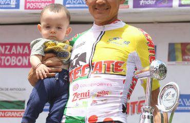 Alex Cano en el podio con su hijo y con el trofeo de campeón de Clásico RCN