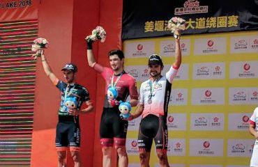 Dylan Kennett de Nueva Zelanda ganador este jueves de cuarta etapa de Tour de Taihu