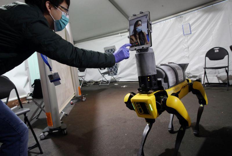 el robot sin contacto con los pacientes