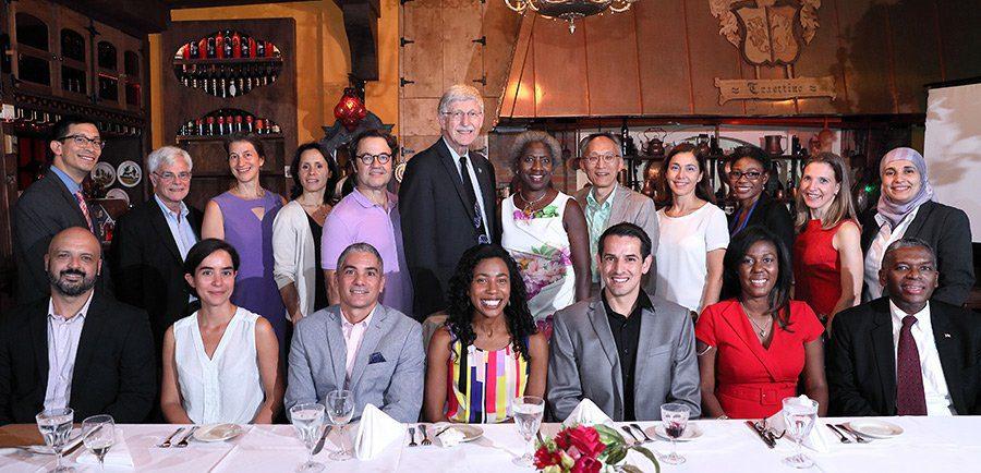 Participantes del Programa de Becarios Distinguidos del NIH con el Dr Francis Collins Director del NIH