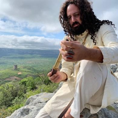 A música é uma regravação da canção do seu pai, Alceu Valença, para o filme 'A luneta do tempo' (Foto: Vitor Carvalho / Divulgação)