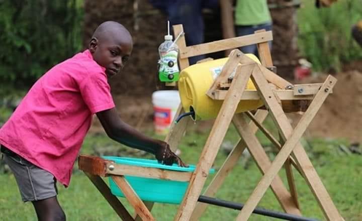 Garoto queniano de 9 anos cria máquina de lavar as mãos e é premiado no Quênia