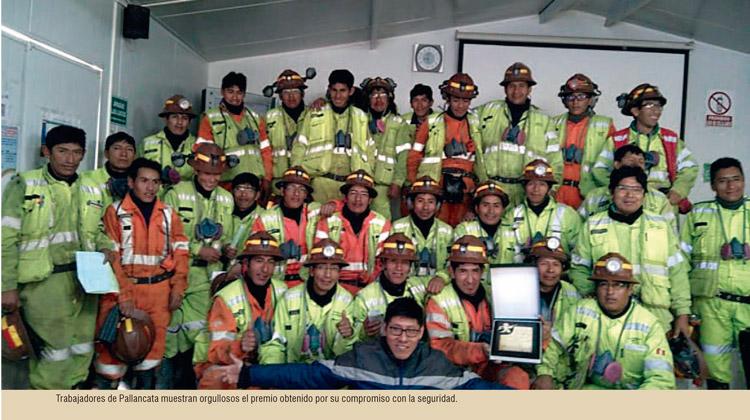 Pallancata: trabajadores muestran orgullosos el premio por su compromiso con la seguridad
