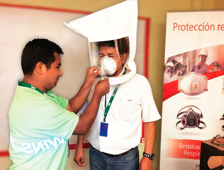 La Prueba de Ajuste es una de las medidas a incluir en el Programa Administrativo de Protección Respiratoria, y su finalidad es ayudar en la adecuada colocación del respirador y su buen uso, y así tener la certeza de que se está logrando un adecuado sello facial.