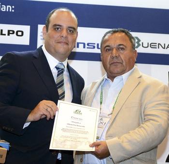 El ingeniero Alberto Paz Benavente recibe premio de manos del viceministro de Minas, Ricardo Labó.