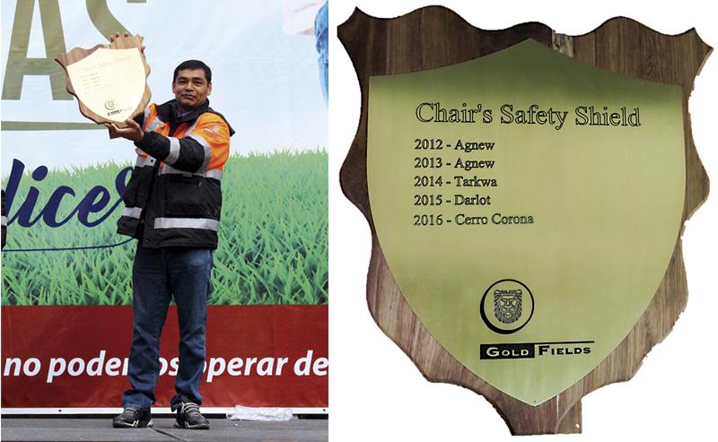 """Ronald Díaz, Gerente General de Cerro Corona, mostrando el premio """"Escudo de Seguridad del Presidente 2016""""."""